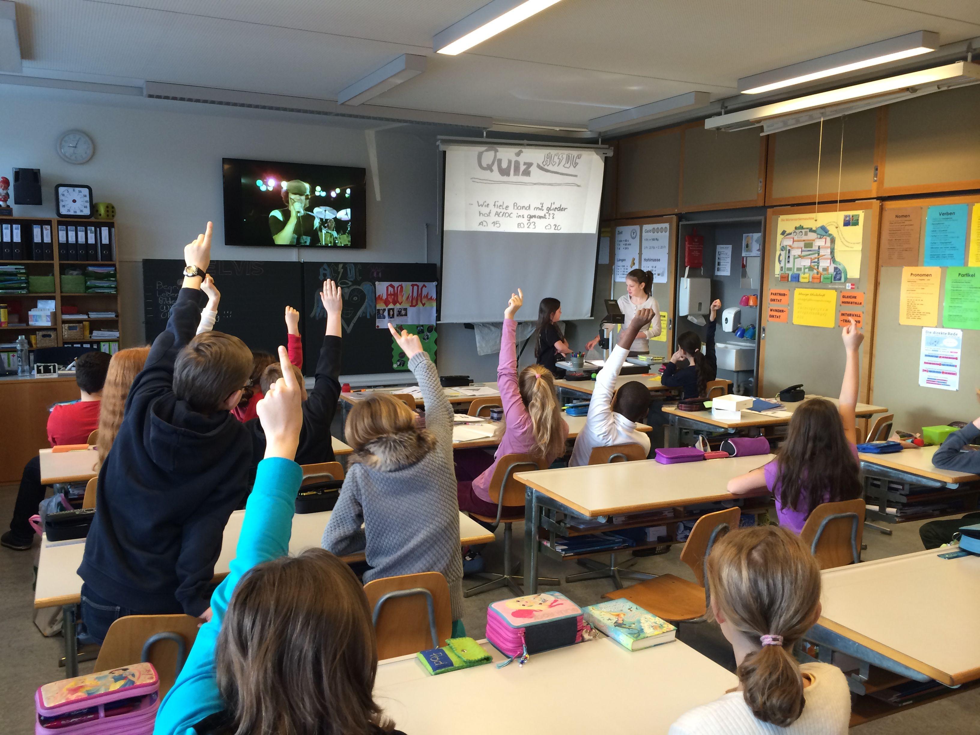 In diesem Beispiel sieht man, dass sogar die Schülerinnen und Schüler bei ihrem Vortrag auf mehrere Präsentationsmethoden zurückgreifen: